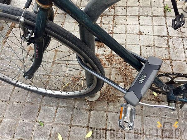 Abus Granit X-Plus 540 around front wheel